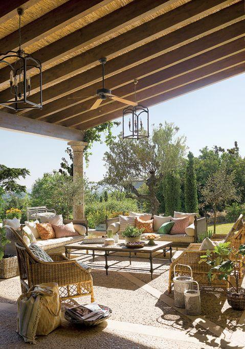 Zadaszony taras pełni funkcję letniej jadalni i salonu.