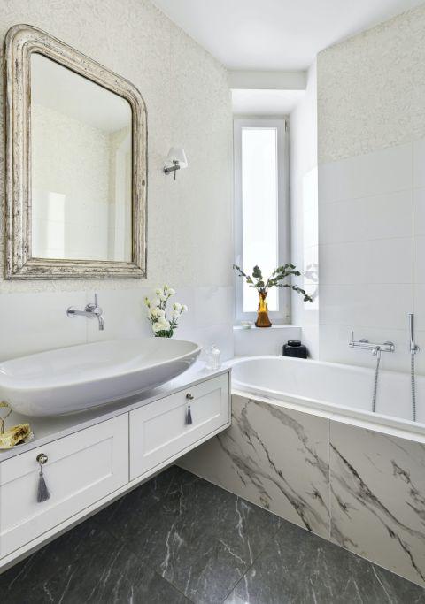 biała łazienka w kamienicy styl eklektyczny
