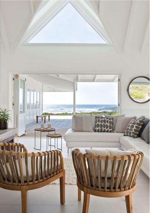 biały dom nad oceanem wnętrze