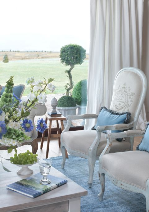 błękitny salon w stylu francuskim