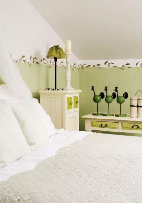 W pokoju oliwkowym poza meblami i malowanymi ścianami ozdobą są też ręcznie szyte drobiazgi.