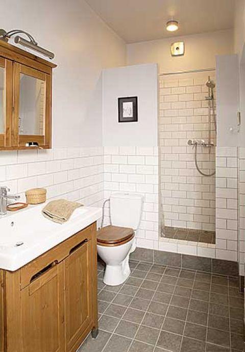 W łazienkce znalazło się miejsce dla dużej kabiny prysznicowej.