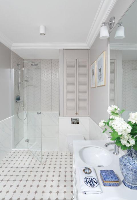 biało-szara łazienka w stylu hampton