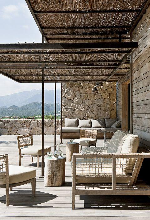Metalowy dach pokryto trzciną. Kanapa i fotele z ażurowymi oparciami są z firmy Unopiu.