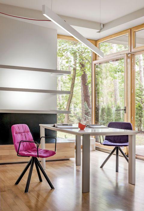 nowoczesne wnętrze salon różowe krzesło