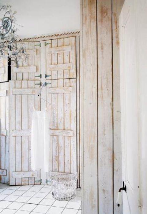 Stare drzwi od komórki kryją garderobę.