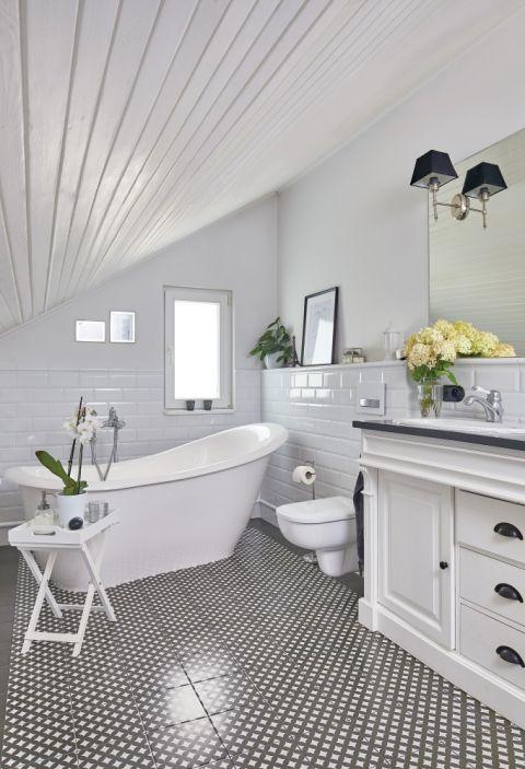 biała łazienka na poddaszu ze skosami