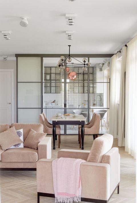 Nowoczesne mieszkanie: pudrowe i przytulne