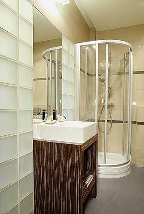 W łazience znalazło się miejsce dla kabiny prysznicowej,