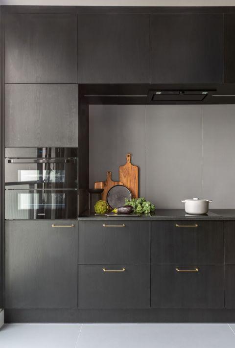 czarne fronty mebli kuchennych