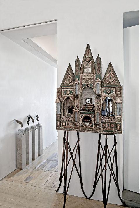 W mieszkaniu zderzają się ze sobą obiekty z różnych kultur.