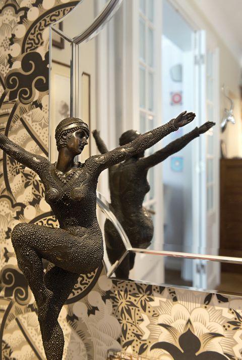 Figurka tancerki z brązu rumuńskiego artysty z lat 20. XX wieku