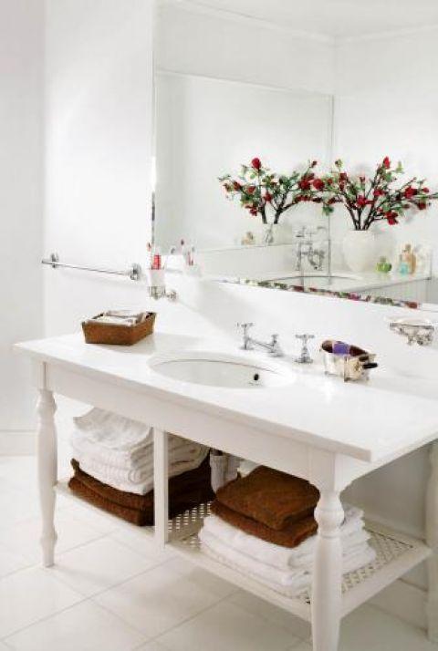 Szafka pod umywalkę- we francuskim stylu- została zrobiona na zamówienie.