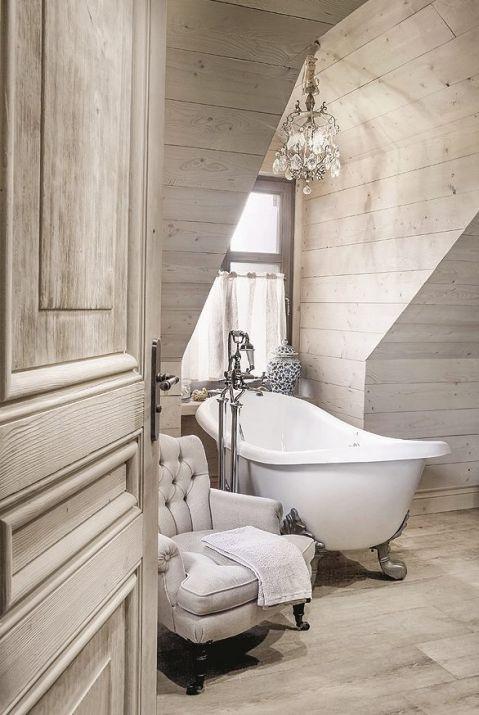 Łazienka w drewnie, wanną w stylu francuskim.