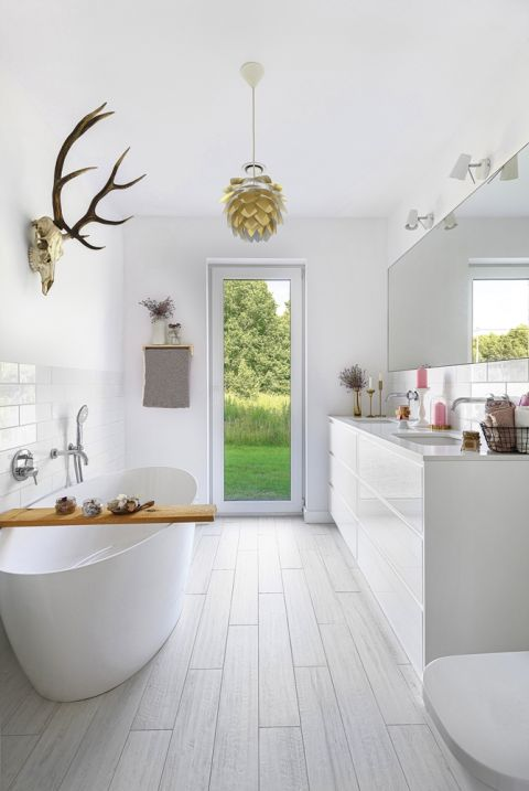 biała łazienka w stylu skandynawskim aranżacje