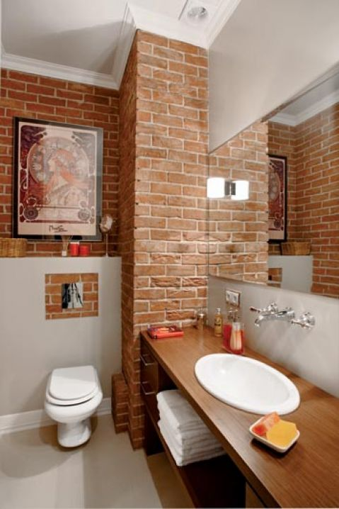 Charakter tej łazience nadaje ceglana ściana.