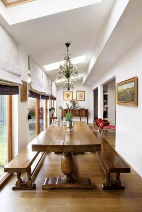 Drewniana ława z ławkami. Przepis na przytulny dom