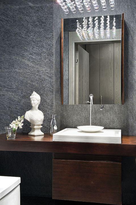 Łazienka urządzona przez dwóch Filipów: Starcka (armatura) i Pleina (meble).