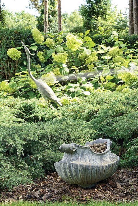 Wśród krzewów, drzew i żywopłotów poukrywane są dizajnerskie figury zwierząt i ptaków.