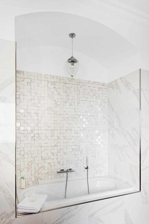 biała łazienka z wanną