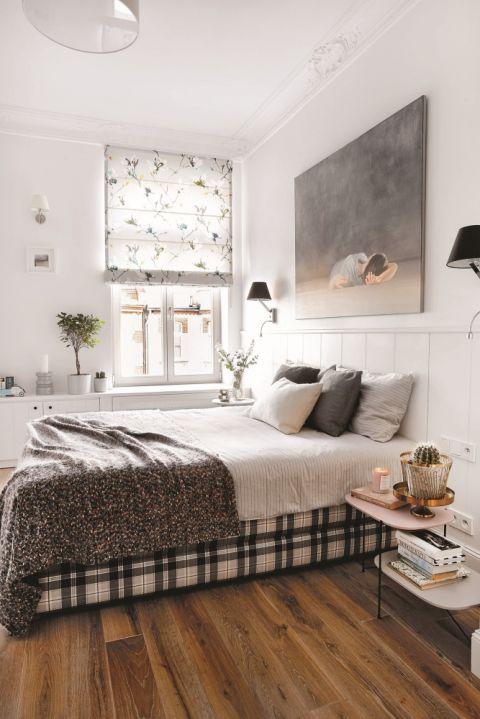 Biała sypialnia z szarymi dodatkami