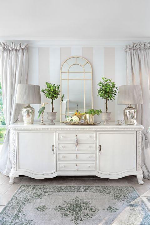 biała komoda do salonu w stylu włoskim