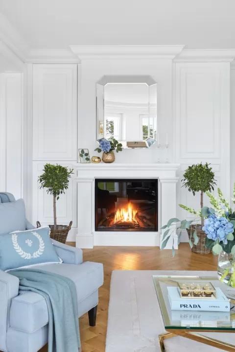 klasyczny salon w pastelowym błękicie