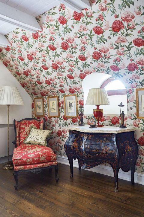 dom w stylu country sypialnia tapeta w kwiaty