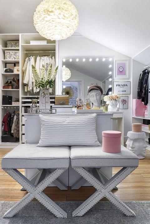 biała garderoba z różowymi dodatkami