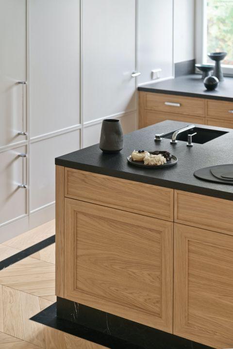 drewniane meble kuchenne z czarnym blatem