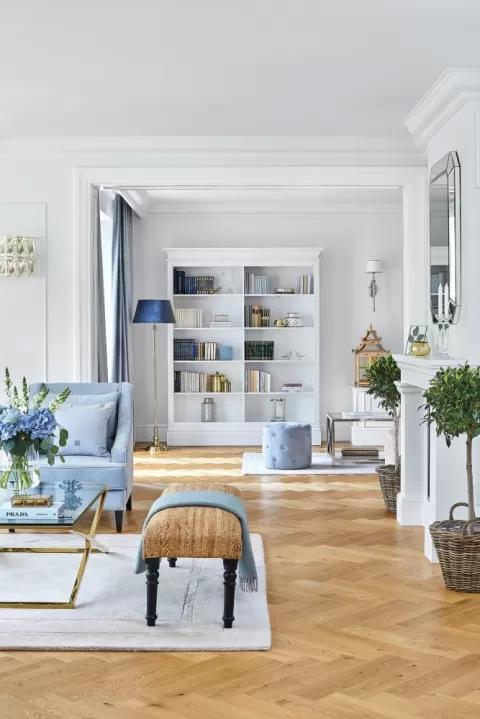 aranżacja salonu w pastelowym błękicie i bieli