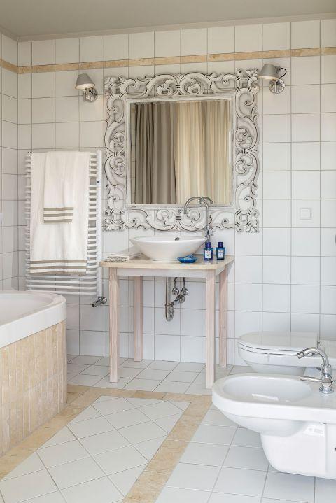 Na taras wychodzi się tutaj z każdego pokoju, nawet z łazienki. Apartamentowiec stoi niemal na plaży, a morską bryzą
