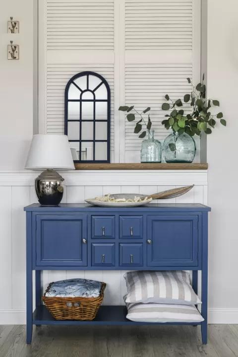 niebieska komoda w stylu hampton