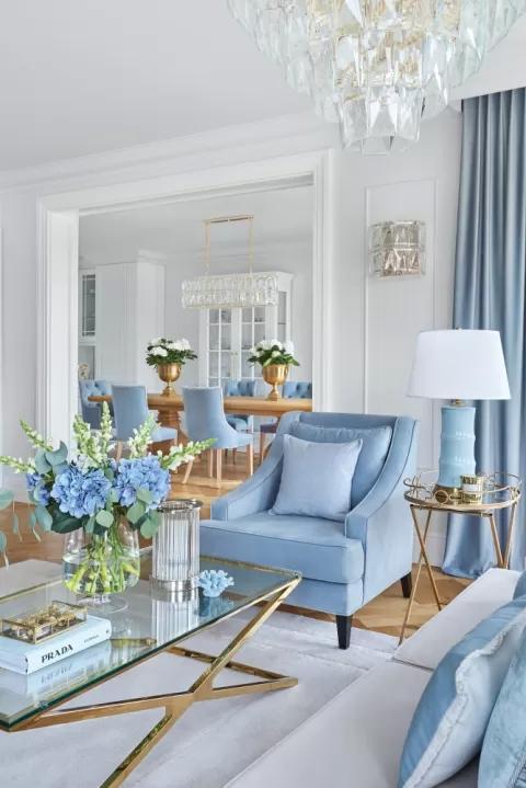 niebieskie meble w salonie