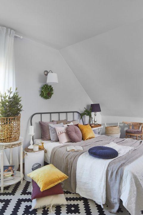 szara sypialnia na poddaszu