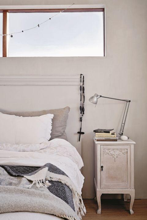 Przepis na łóżko po islandzku to: lniana haftowana pościel, kilka pledów z wełny renifera i stosik książek.