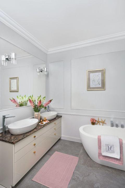 szara łazienka z różowymi dodatkami