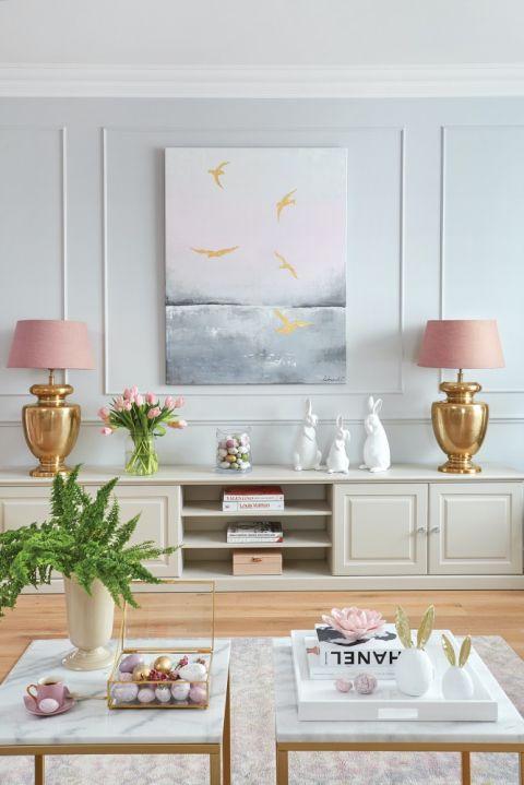 szare mieszkanie z różowymi dodatkami