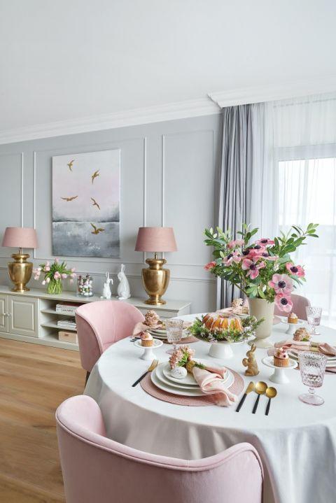 aranżacja mieszkania w szarości i różu