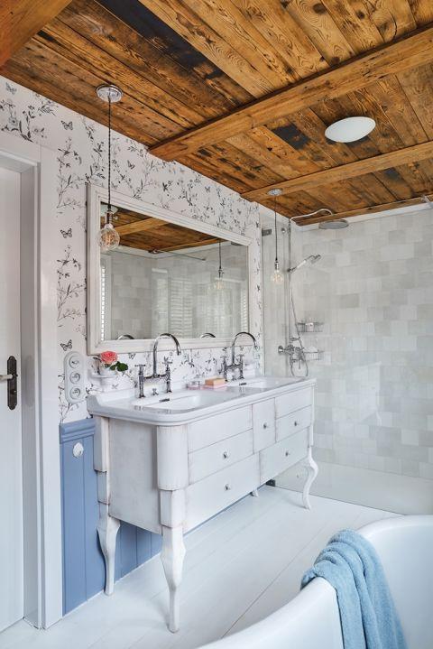 tapeta na ścianie w łazience