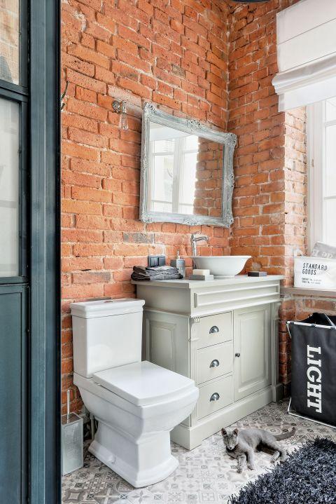W łazienkach (i w holu) pojawiła się klasyczna terakota. To taki ukłon w stronę starej kamienicy.