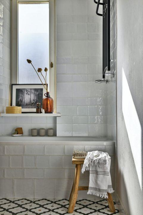 biała łazienka z drewnianymi dodatkami
