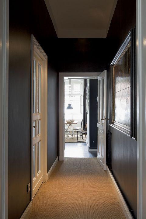 stylowe wnętrze korytarz ciemne kolory