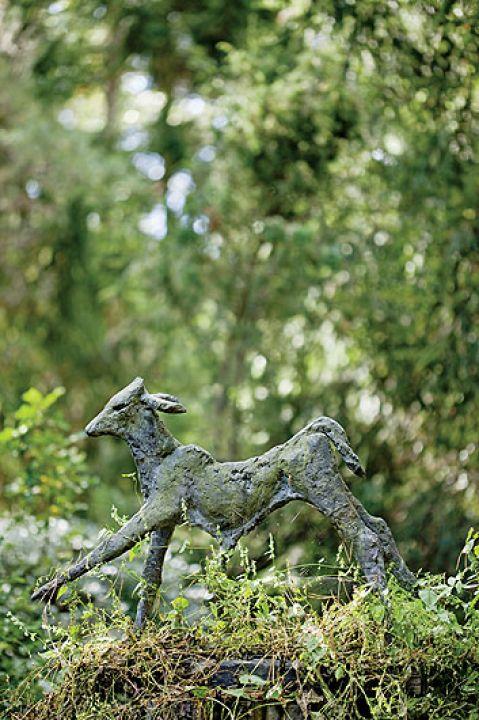 Anna Dębska rzeźbi zwierzęta. Jej drewniany dom stoi w lesie, a pomiędzy drzewami stoi mnóstwo rzeźb.