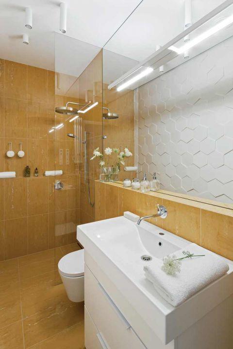 biała łazienka z drewnem aranżacje