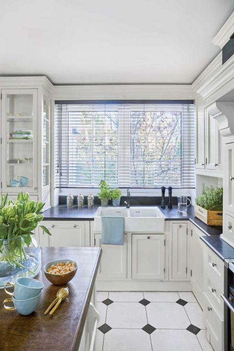aranżacja białej kuchni w stylu klasycznym