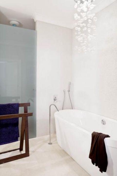 Bąbelków nie ma w wannie, są za to na suficie- designerski żyrandol Venezia projektu Emanuele Zenere.