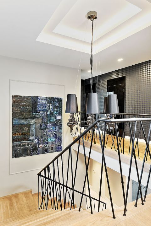 Schody mają oryginalną graficzną balustradę, którą właścicielka podpatrzyła na jednym z osiedli krakowskich.