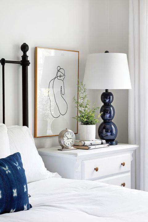 biała sypialnia z granatowymi dodatkami