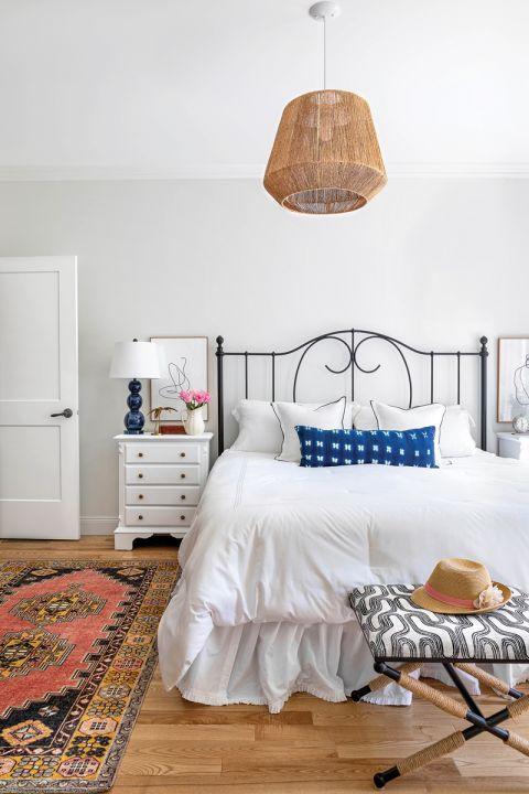 pleciona lampa w białej sypialni